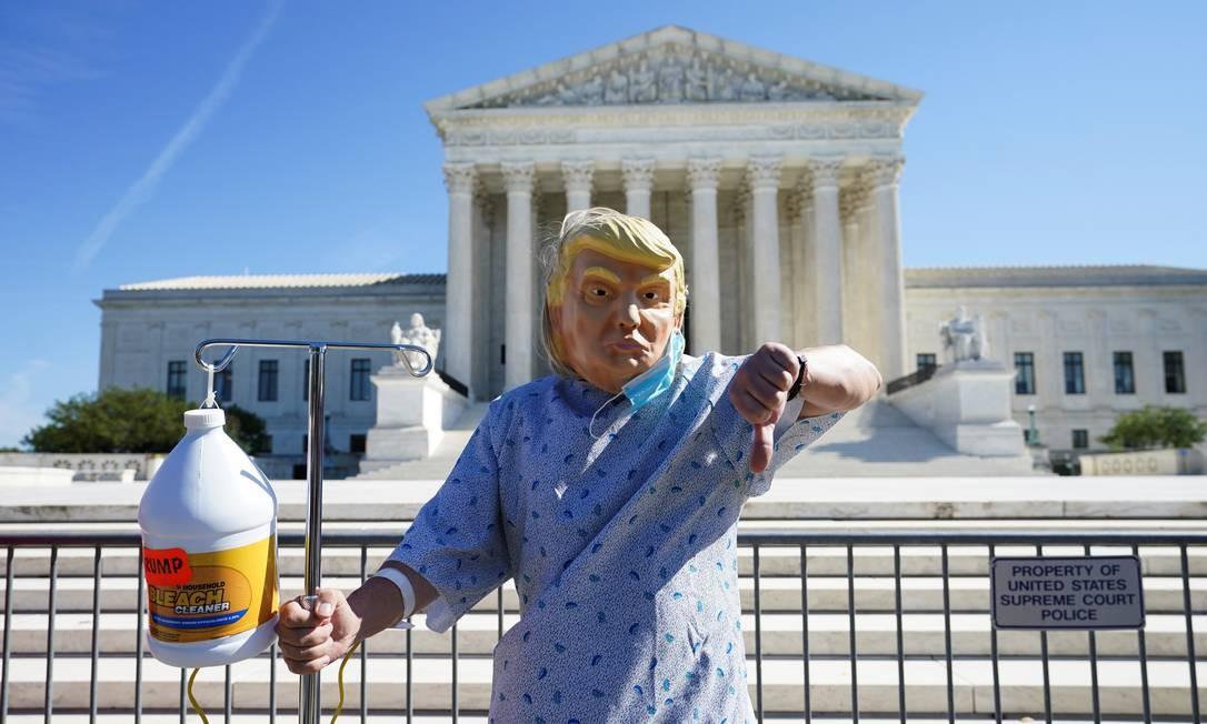 Um manifestante usando uma máscara representando o presidente dos EUA Donald Trump participa de um protesto fora da Suprema Corte dos EUA Foto: KEVIN LAMARQUE / REUTERS