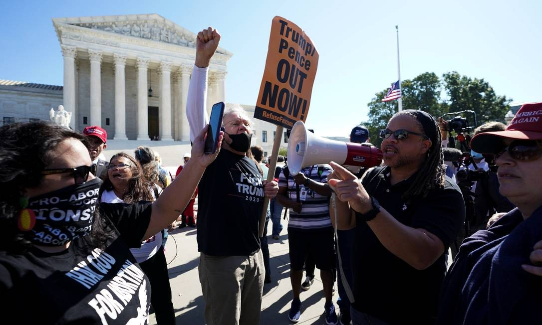 Manifestantes contrários ao governo Trump protestam em frente à Suprema Corte enquanto juíza indicada pelo presidente passa pelo quarto dia de sabatina Foto: KEVIN LAMARQUE / REUTERS
