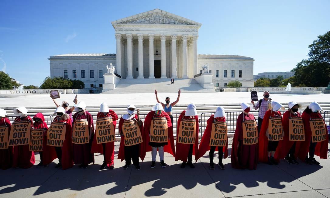 Manifestantes vestidas como mulheres servas, inspiradas em série de TV, protestam em frente à Suprema Corte dos EUA, em Washington Foto: KEVIN LAMARQUE / REUTERS