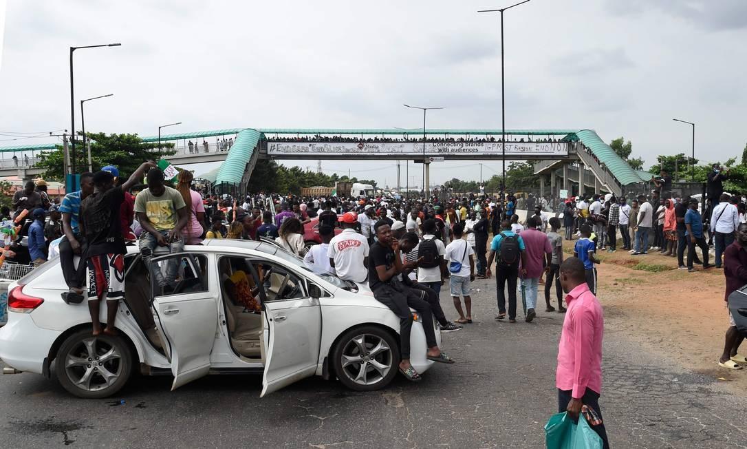 Manifestantes na Nigéria se reuniram para fazer fechar uma rodovia que liga as cidades de Lagos e Ibadan Foto: PIUS UTOMI EKPEI / AFP