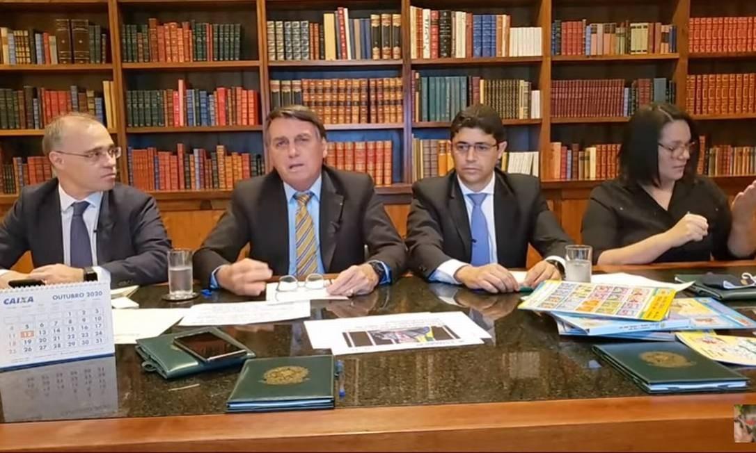 O presidente Jair Bolsonaro, durante transmissão ao vivo em redes sociais Foto: Reprodução/Facebook