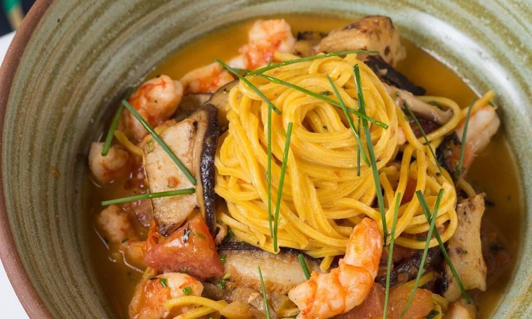 Ino. Espaguete com camarões, cogumelo shiitake, alcachofra e perfume de limão-siciliano: R$ 82 Foto: Divulgação