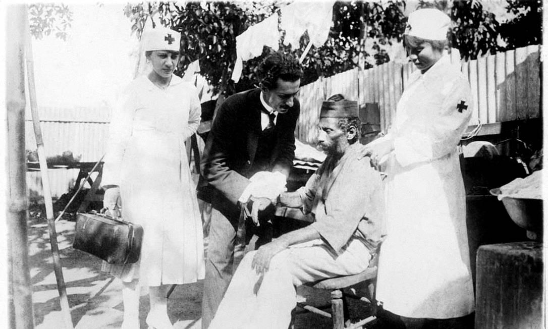 Gripe espanhola: Dr. Maurity dos Santos e enfermeiras tratam de um enfermo em estado gravíssimo no Morro do Salgueiro, no Rio, em 1918 Foto: Fundação Oswaldo Cruz