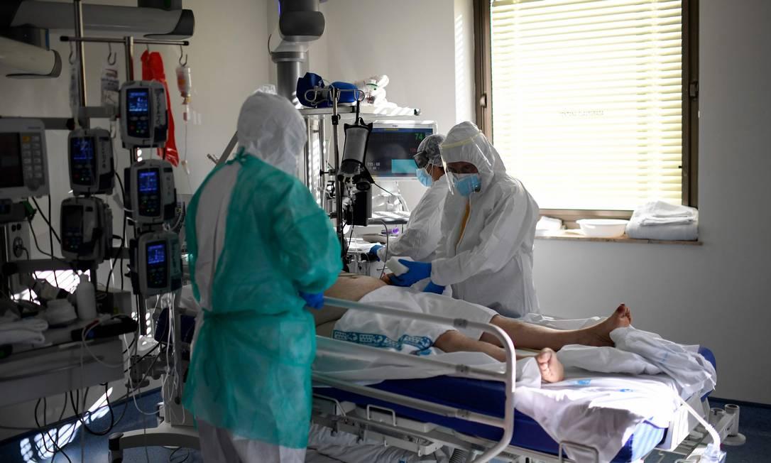 Paciente com Covid-19 recebe cuidados enquanto está internado em na UTI do Hospital Ramon e Cajal em Madrid, na Espanha. Foto: OSCAR DEL POZO / AFP
