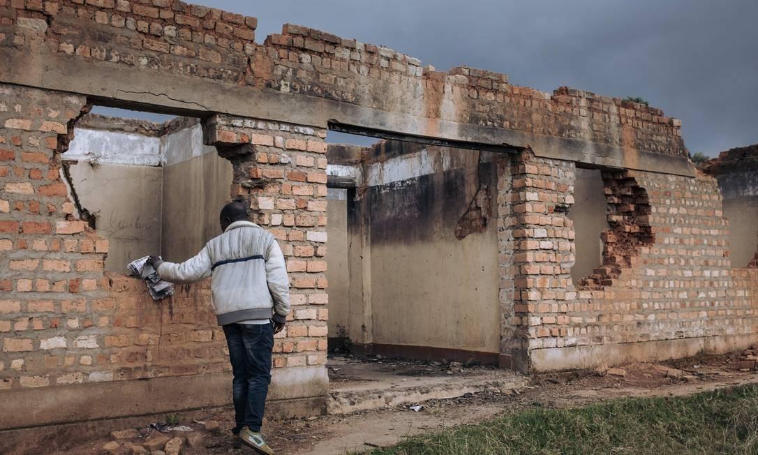 Um membro da equipe civil da Missão de Estabilização da Organização das Nações Unidas na República Democrática do Congo (Monusco) inspeciona ruínas do centro de saúde de Bijombo Foto: ALEXIS HUGUET / AFP