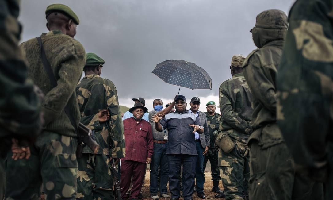 O ministro da Defesa congolês, Aimé Ngoy Mukena, fala aos soldados durante uma visita oficial a Bijombo Foto: ALEXIS HUGUET / AFP