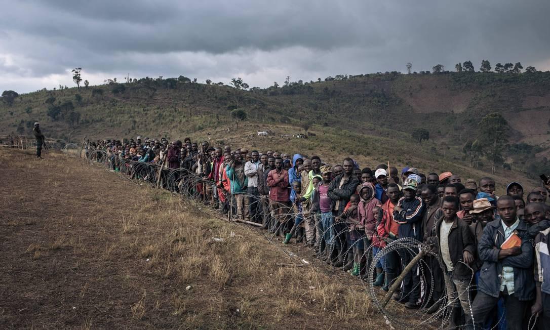 Pessoas desabrigadas participam de visita do Ministro da Defesa congolês Aimé Ngoy Mukena ao campo de deslocados internos de Bijombo Foto: ALEXIS HUGUET / AFP