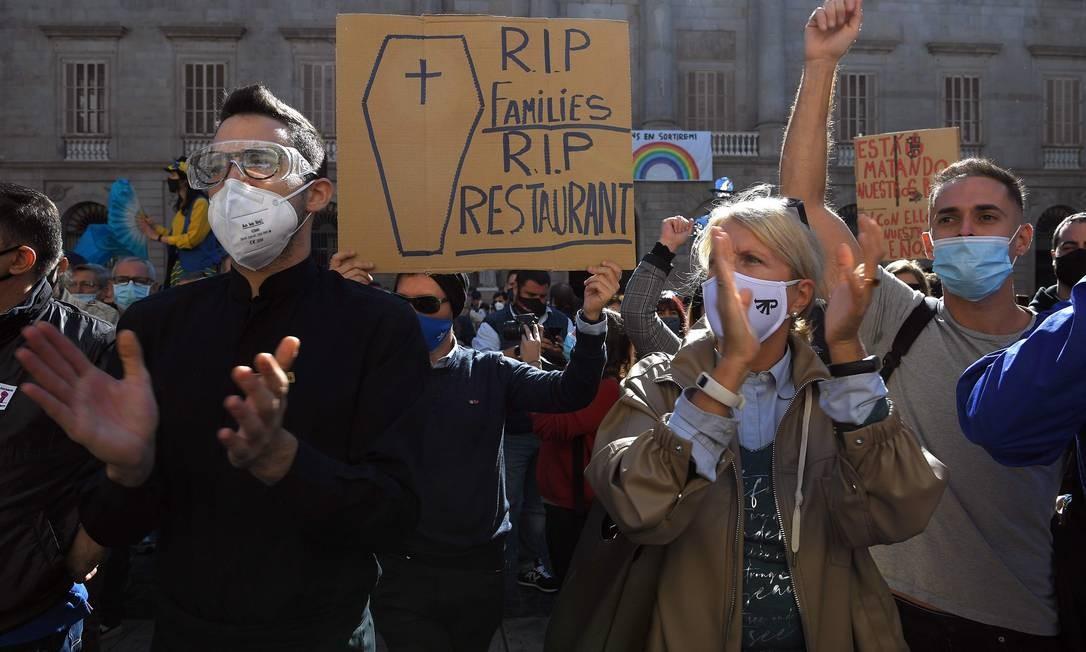 Manifestantes gritam palavras de ordem durante uma manifestação Foto: LLUIS GENE / AFP