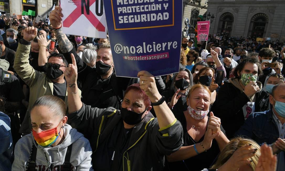 Manifestantes protestam em frente à Generalitat (sede do governo regional da Catalunha) Foto: LLUIS GENE / AFP