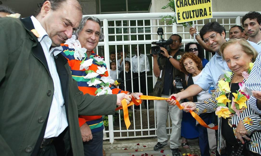 Florinda Barbosa recebe placa em frente ao Teatro Fênix, no Jardim Botânico, como homenagem a Chacrinha conferida pela prefeitura do Rio, em 2007 Foto: William de Moura / Agência O Globo