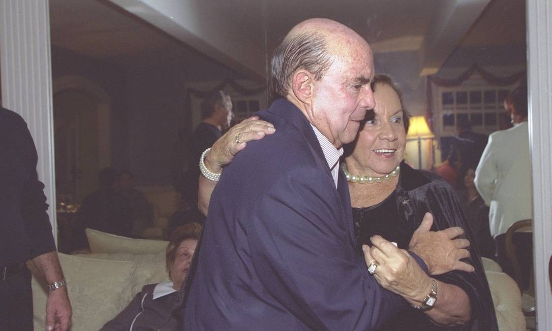 Francisco Dorneles abraça Florinda Barbosa, durante jantar oferecido a ele por Leleco Barbosa e Maninha, em 2002 Foto: Marcos Ramos / Agência O Globo