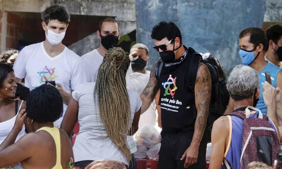 Em Gramacho. Freire (de preto) acompanha distribuição de cestas Foto: Divulgação/Guilherme Silva
