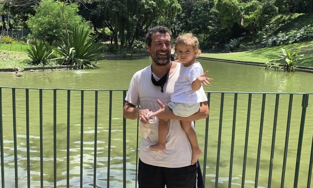 Natureza exuberante. O engenheiro Gustavo Martins com a filha Dora diante do lago do Parque Guinle Foto: fotos de Natália Boere