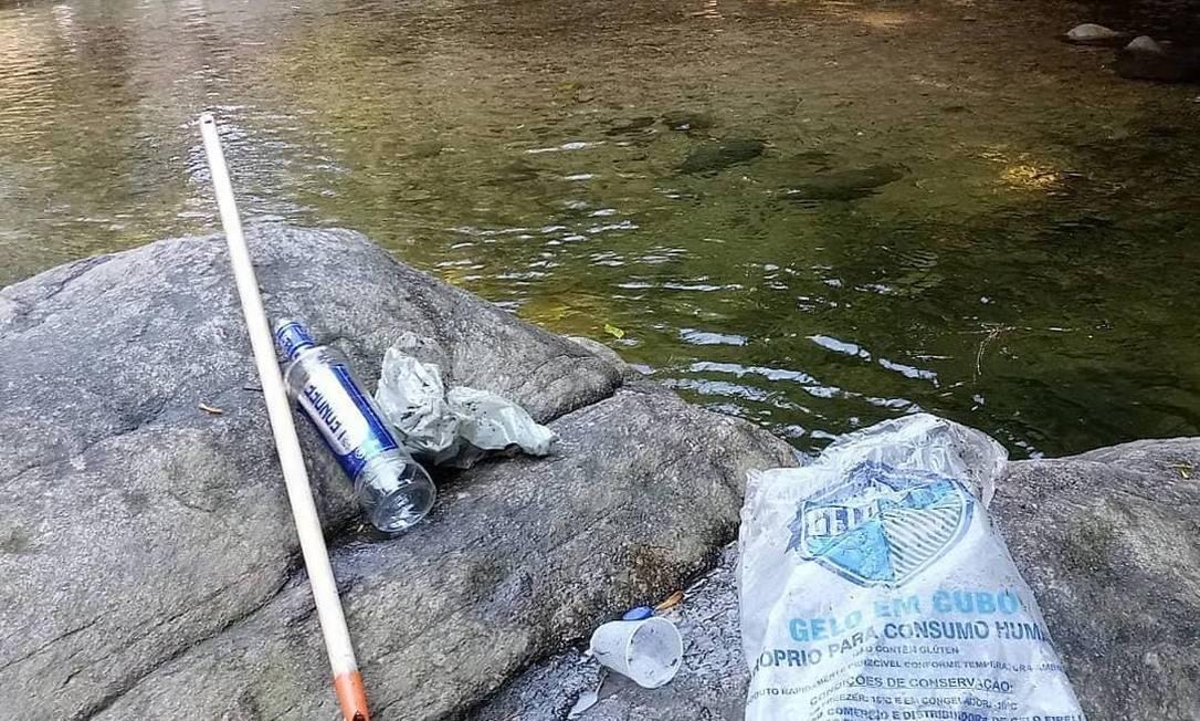 Sem vigilância, vsitantes deixam garrafas de vidro em cachoeira no Parque da Pedra Branca Foto: Divulgação/Flavia Rossi