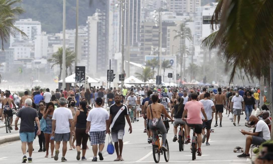 Orla cheia no fim de semana: aglomeração e falta de máscaras têm se tornado comum no Rio Foto: Fábio Rossi em 11-10-2020 / Agência O Globo