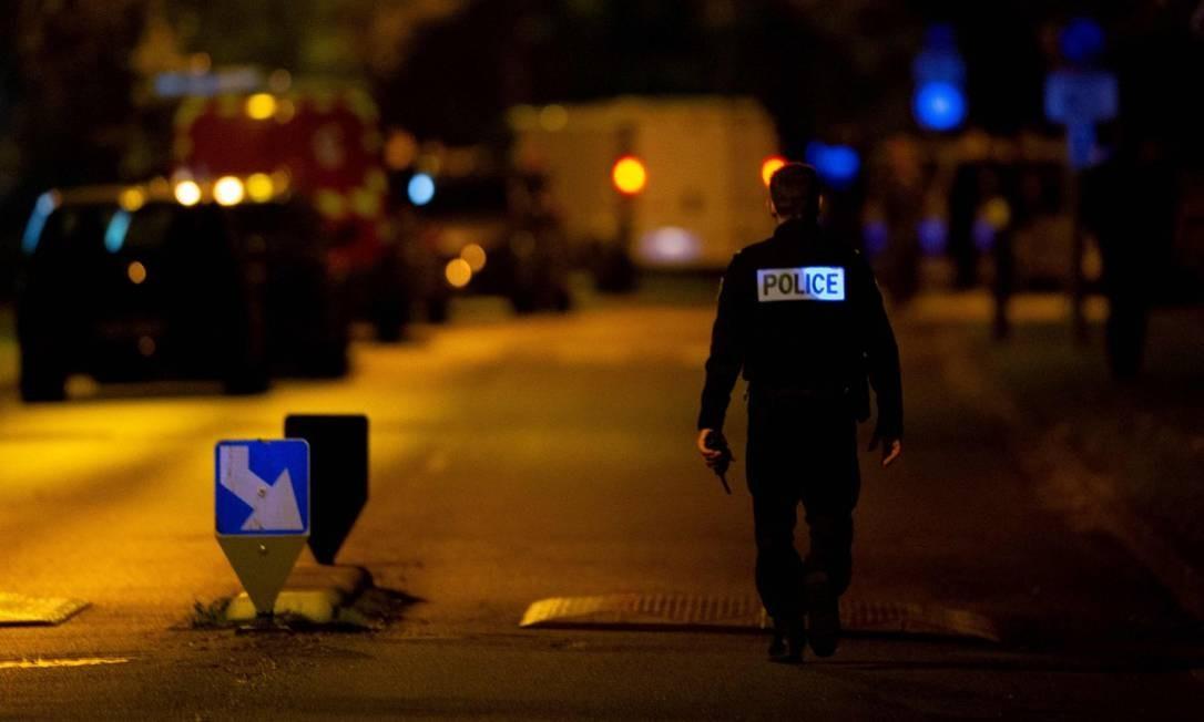 Policial em uma rua isolada em Eragny, onde o suspeito de decapitar um professor de História em Conflans-Sainte-Honorine foi morto Foto: ABDULMONAM EASSA / AFP