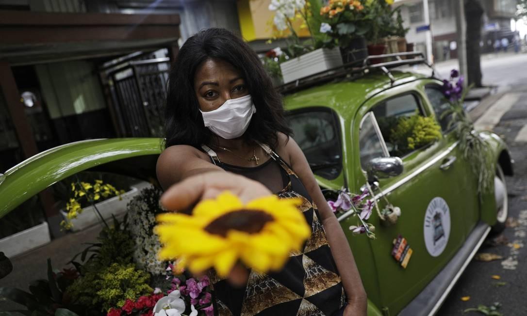 Roberta Machado, 51 anos, transformou um Fusca 1969 em uma floricultura móvel após fechar seu negócio em meio a um surto de coronavírus no Rio de Janeiro Foto: RICARDO MORAES / REUTERS