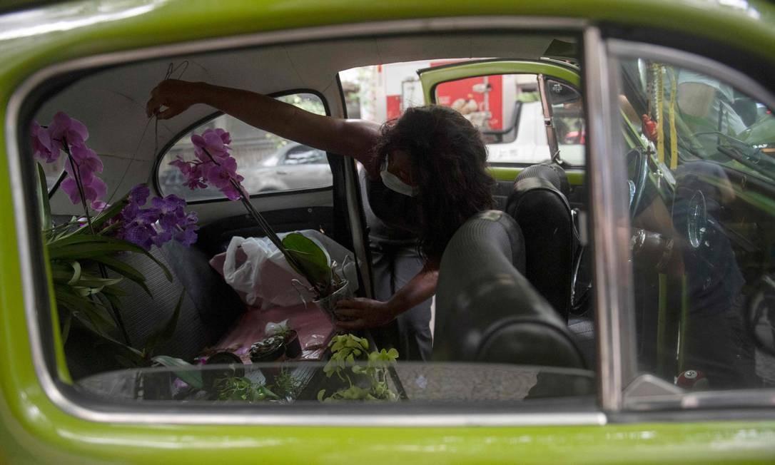 """A floricultura ambulante se chama """"Lia Linda Flor"""", em homenagem à mãe de Roberta, que morreu em julho de 2020, em meio à pandemia da covid-19 Foto: MAURO PIMENTEL / AFP"""