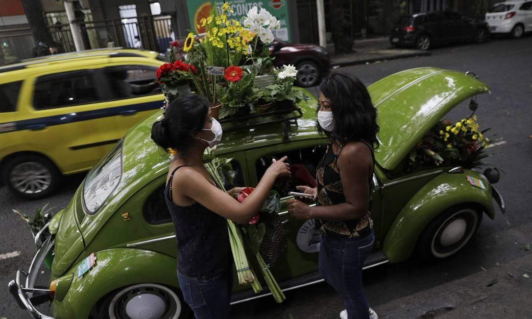 Há cerca de um mês, empreendimento não passava de uma ideia na mente da empresária, que agora circula pelas ruas do Rio de Janeiro, vendendo flores na sua floricultura ambulante Foto: RICARDO MORAES / REUTERS