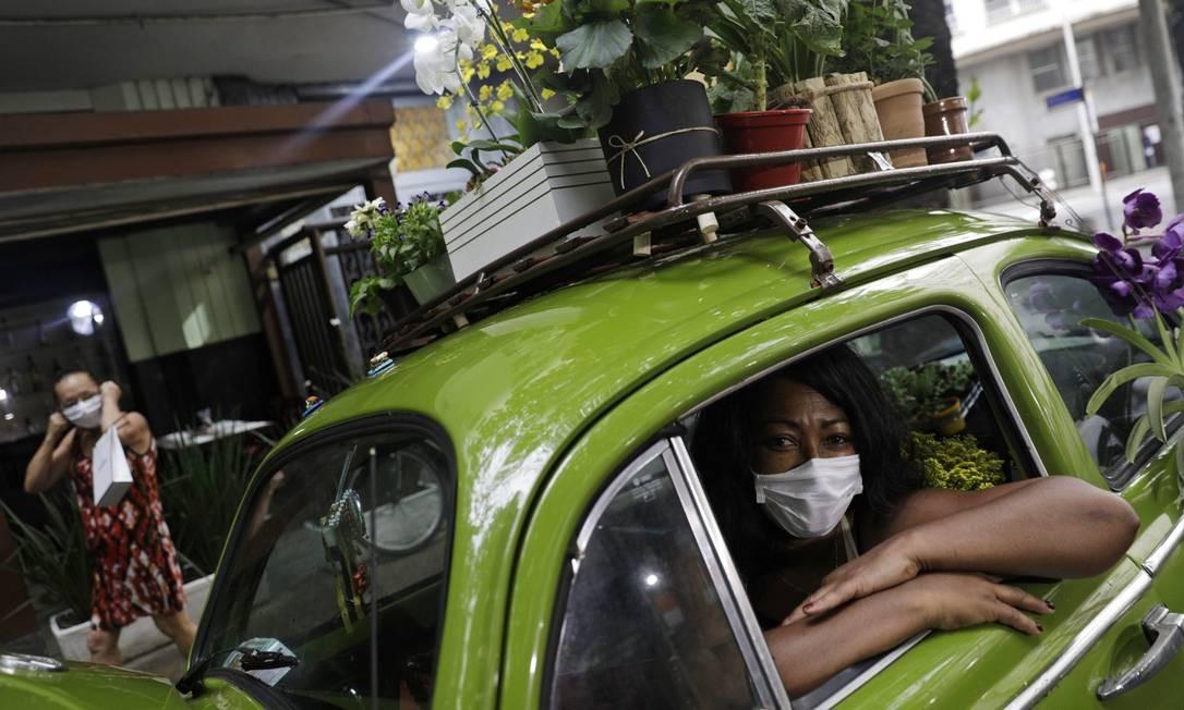 Roberta vivia de aluguel de quartos para turistas e de uma empresa de aluguel de perucas, mas a pandemia secou ambas as fontes de renda Foto: RICARDO MORAES / REUTERS