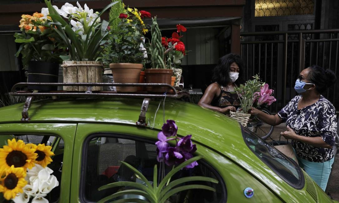 O carro, as flores e o sorriso da empreendedora se tornaram atração do bairro da Zona Sul Foto: RICARDO MORAES / REUTERS