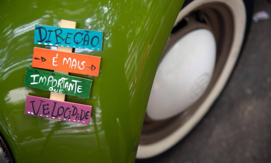 Mensagem positivas e coloridas enfeitam o automóvel, que passou a receber visita diária de clientes e curiosos Foto: MAURO PIMENTEL / AFP