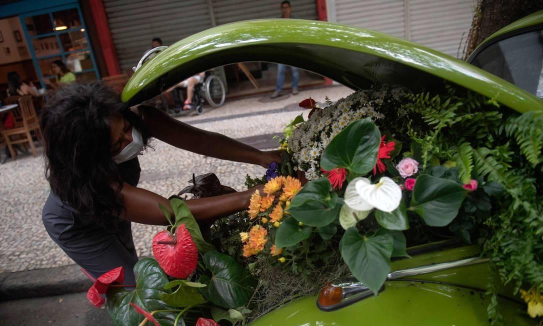 As flores são compradas diariamente em centro de distribuição de flores e alimentos do Rio, em São Cristóvão Foto: MAURO PIMENTEL / AFP