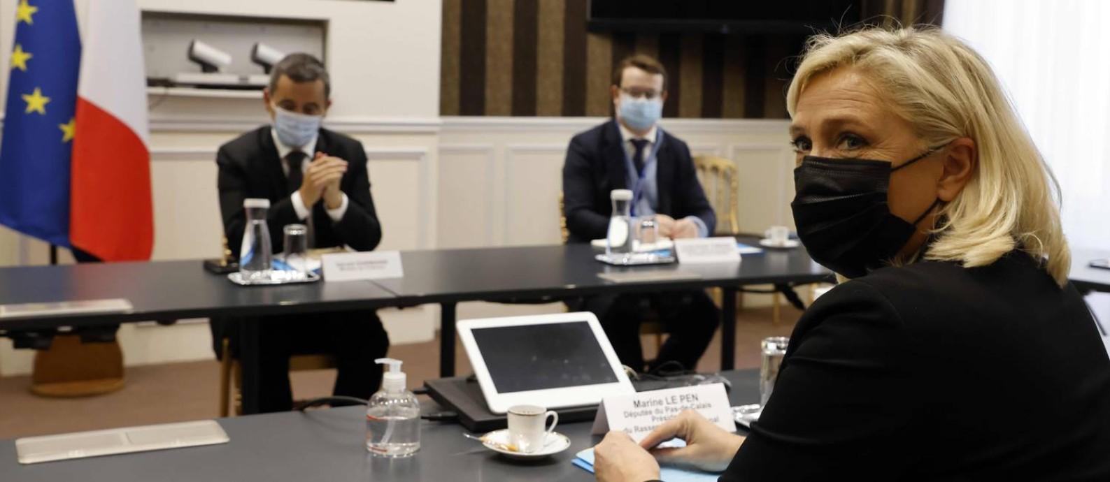 """Marine Le Pen em reunião com o ministro do Interior, Gerald Darmanin (E), para discutir legislação contra o """"separatismo islâmico"""", com a qual Macron busca atrair eleitorado da direita Foto: LUDOVIC MARIN / AFP/4-10-2020"""