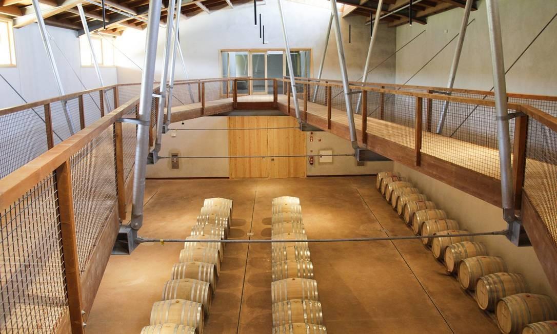 Vinhos de Portugal: a sala das barricas na Quinta da Taboadella, com o seu barrel top walk Foto: Fernando Donasci