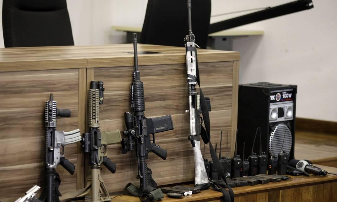Armas apreendidas por policiais apos ação em Itaguaí que terminou na morte de 12 milicianos Foto: Luiza Moraes / Agência O Globo