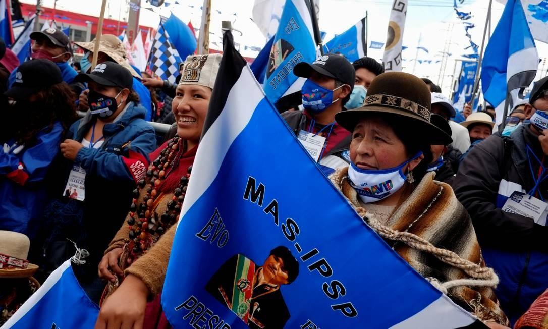 Mulher segura bandeira com a figura do ex-presidente Evo Morales numa marcha de apoio em El Alto ao candidato do MAS, Luis Arce Foto: DAVID MERCADO / REUTERS/14-10-2020