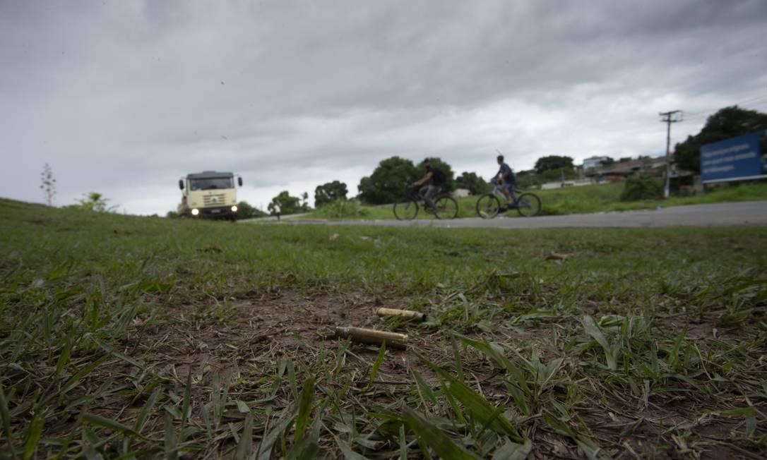 Rastro da violência: cápsulas de balas na localidade onde milicianos e policiais se enfrentaram, em Itaguaí Foto: Márcia Foletto / Agência O Globo