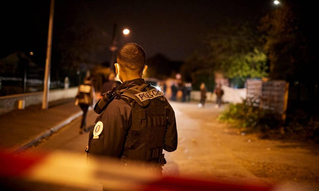 Policiais isolaram área onde professor foi assassinado perto de escola em subúrbio de Paris Foto: Kiran Ridley / Getty Images