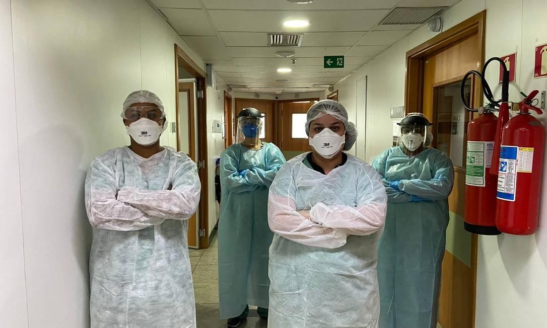 A cirurgiã Moema Quintana (de uniforme branco, à direita) teve suspeita de reinfecção por Covid-19, e seu caso é estudado em São Paulo Foto: Arquivo pessoal