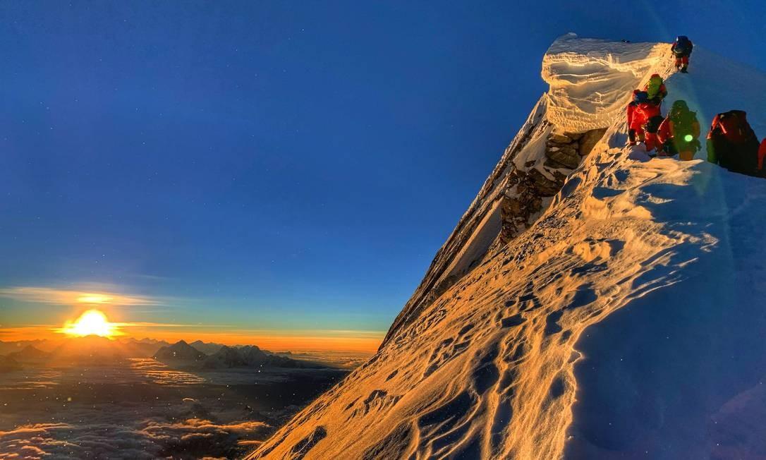 Membros da Guarda Real do Bahrain, incluindo um príncipe do Bahrein, alcançando a oitava montanha mais alta do mundo, Manaslu. Uma equipe de escaladores alcançou o cume da montanha depois de receber permissão, apesar da proibição do coronavírus do Nepal à chegada de turistas Foto: - / AFP