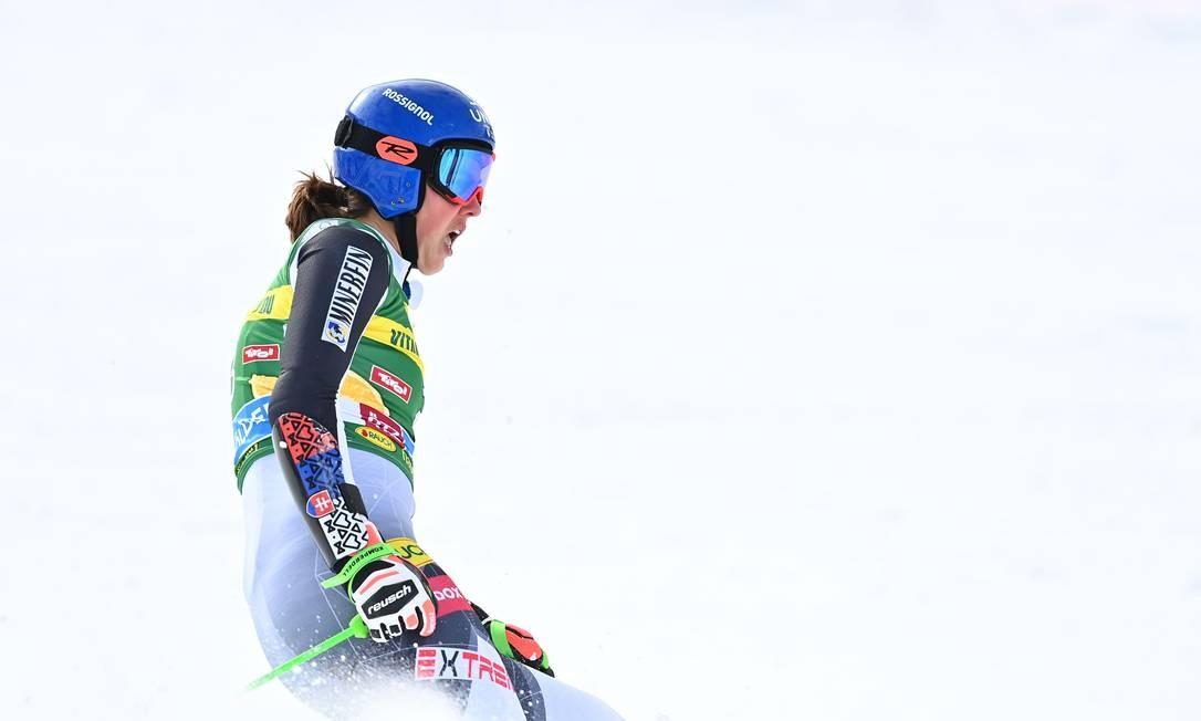 A eslovaca Petra Vlhova cruza a linha de chegada da segunda corrida de slalom gigante feminino durante a Copa do Mundo de Esqui, em Soelden, Áustria Foto: JOE KLAMAR / AFP