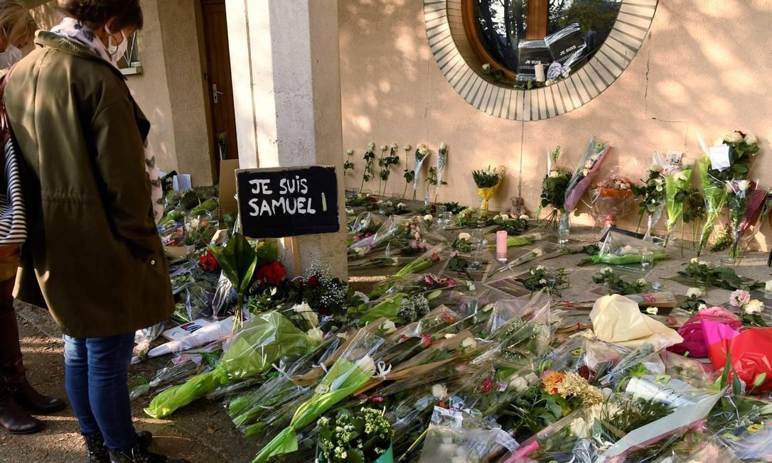 'Eu sou o Samuel' diz o cartaz na entrada de uma escola secundária em Conflans-Sainte-Honorine, 30 km a noroeste de Paris, onde um professor foi decapitado por terrorista abatido pela polícia Foto: BERTRAND GUAY / AFP