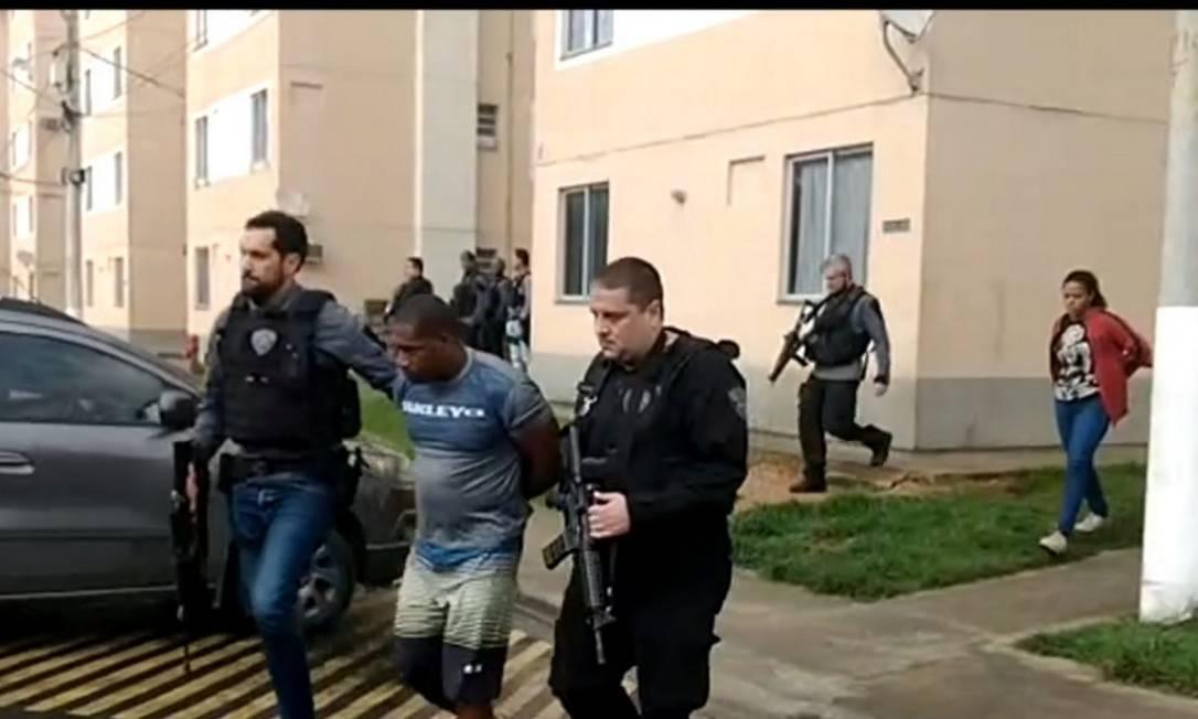 Homem e mulher foram presos suspeitos de integrar milícia que expulsa moradores de casa para revender os imóveis Foto: TV Globo / Reprodução