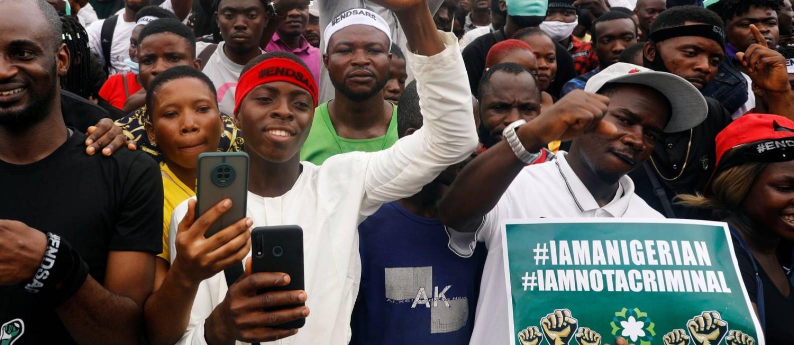 Manifestantes na cidade de Lagos, na Nigéria, em protesto que pede uma ampla reforma na polícia do país Foto: TEMILADE ADELAJA / REUTERS