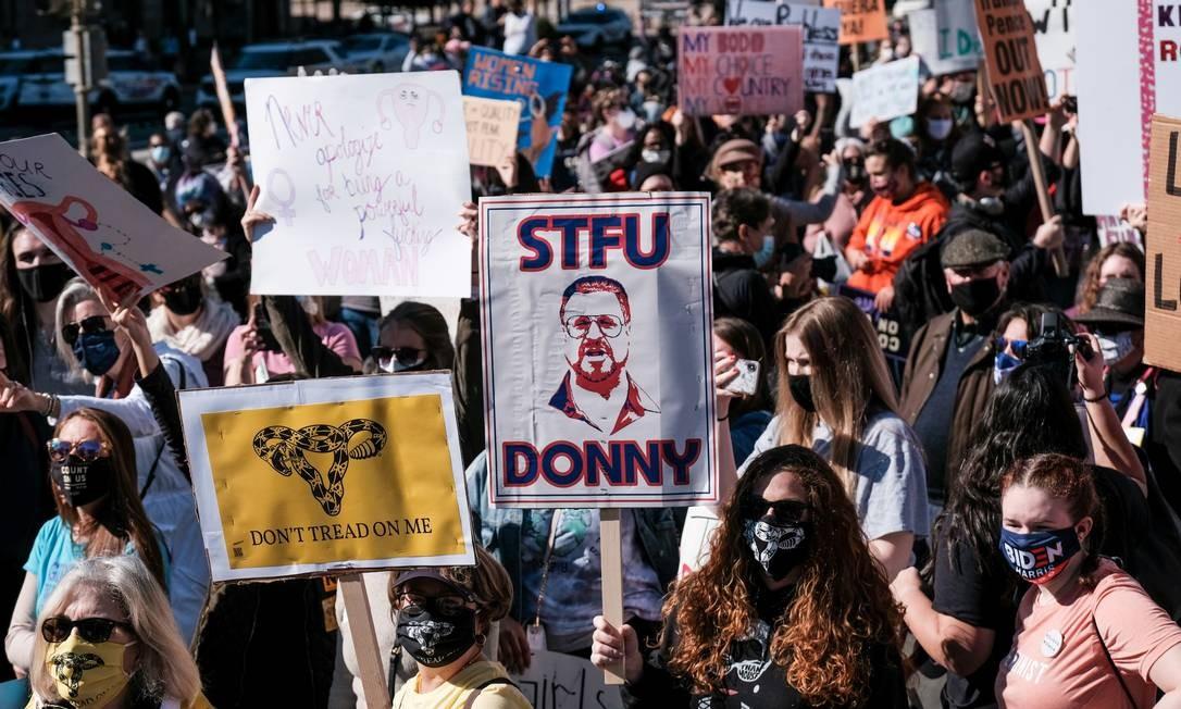 Ativistas da Marcha das Mulheres protestam, na Freedom Plaza, em Washington DC, contra a decisão do presidente dos EUA Donald Trump de ocupar a vaga na Suprema Corte deixada pelo falecimento da juíza Ruth Bader Ginsburg Foto: MICHAEL MCCOY / REUTERS