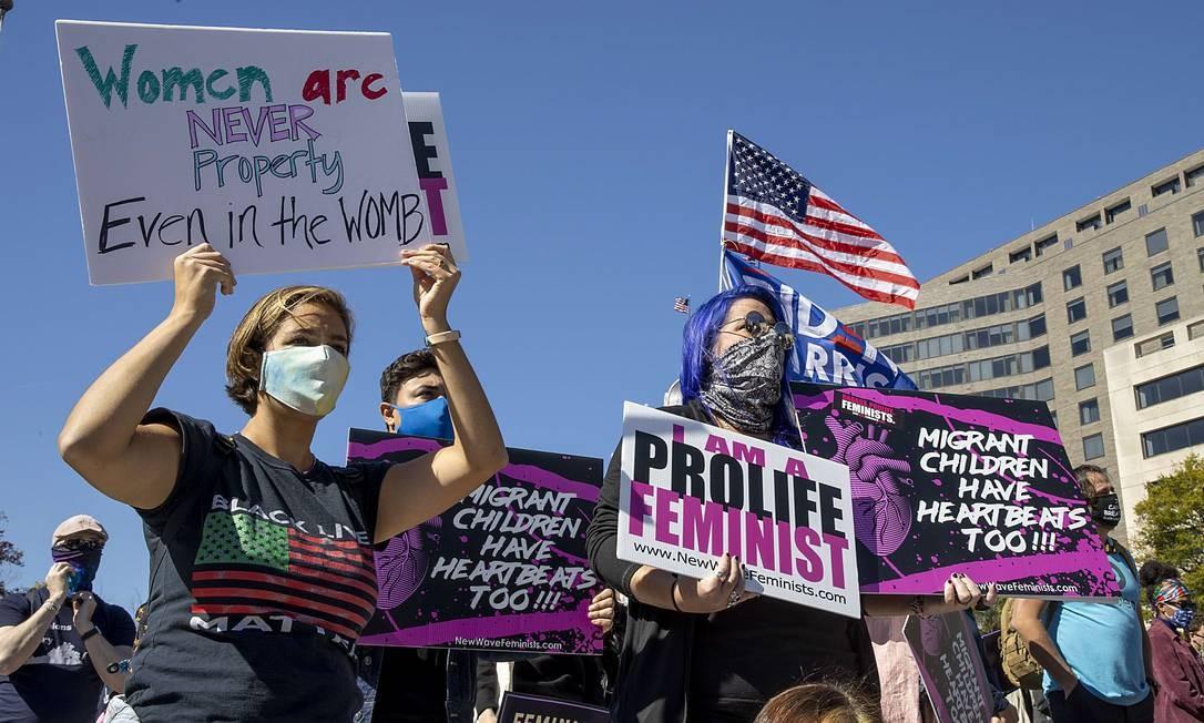 Ativistas da Marcha das Mulheres protestam, na Freedom Plaza, em Washington DC, contra a decisão do presidente dos EUA Donald Trump de ocupar a vaga na Suprema Corte deixada pelo falecimento da juíza Ruth Bader Ginsburg Foto: TASOS KATOPODIS / AFP