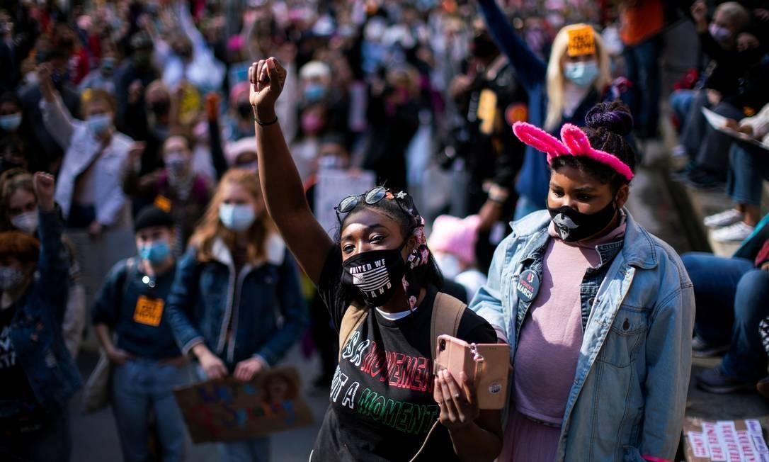 Pessoas participam da Marcha Feminina de 2020, no parque Washington Square, em Manhattan, Nova Iorque Foto: EDUARDO MUNOZ / REUTERS