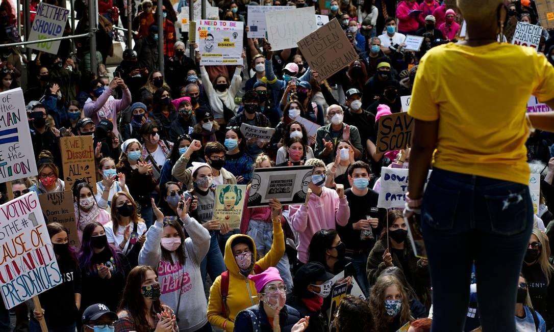 Pessoas participam da Marcha Feminina de 2020, no parque Washington Square, em Manhattan, Nova Iorque Foto: KENA BETANCUR / AFP