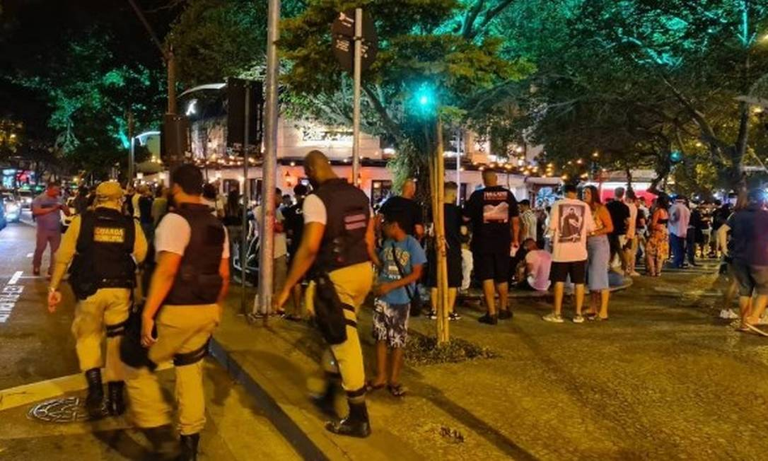 Praça cheia no Leblon: aglomerações ainda são comuns no Rio, apesar da fiscalização da Guarda Municipal Foto: Felipe Grinberg
