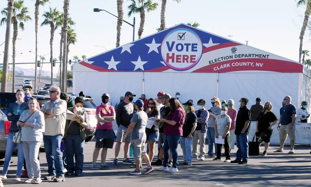 Eleitores fazem fila em posto de votação antecipada em Las Vegas, no estado de Nevada Foto: Ethan Miller / AFP