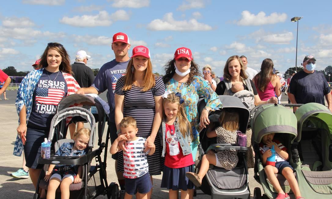 Sarah Bazen (primeira à esquerda) liderou grupo que percorreu 250km para assistir a comício de Trump em Greenville, na Carolina do Norte Foto: Paola De Orte / Infoglobo