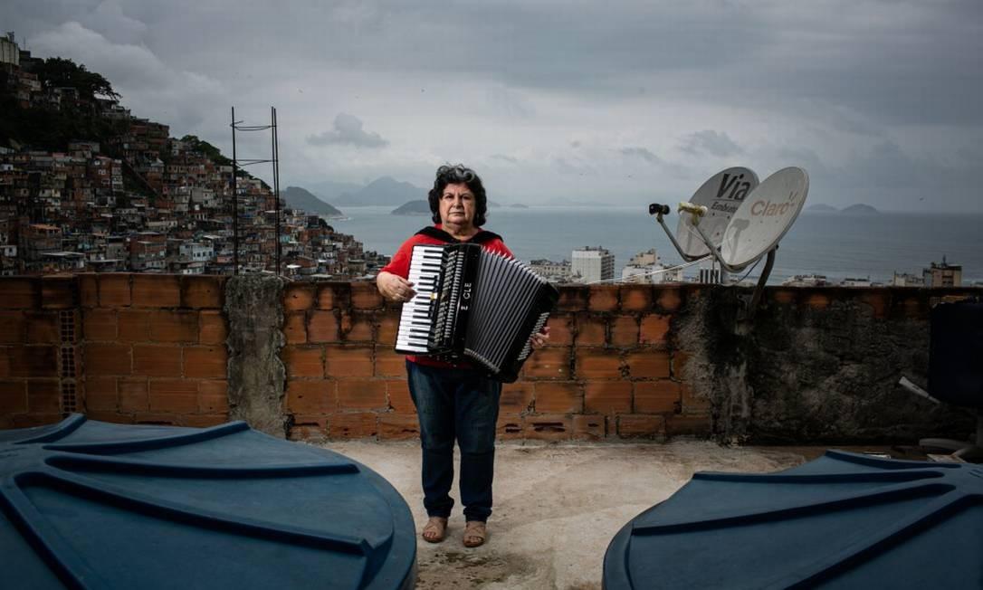 Professora de música Cássia Oliveira, que fundou o Harmonicanto, no terraço de sua casa: em 2006, ela alugou quartos de um apartamento na Tijuca e foi morar no morro, de onde não quer sair Foto: Hermes de Paula / Agência O Globo