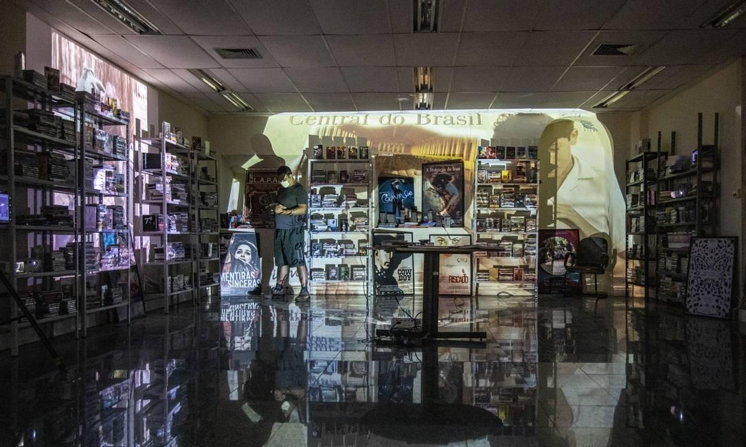 Depois de 23 anos na Cobal do Humaitá, a locadora Cavídeo se mudou para Laranjeiras: acesso ao acervo de 40 mil CDs e DVDs está mantido Foto: Ana Branco / Agência O Globo
