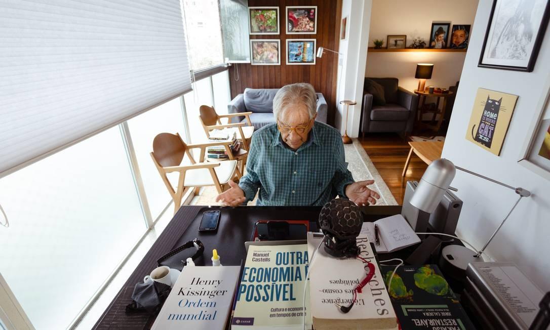 O colunista Fernando Gabeira entrevista o economista Armínio Fraga Foto: Leo Martins / Agência O Globo