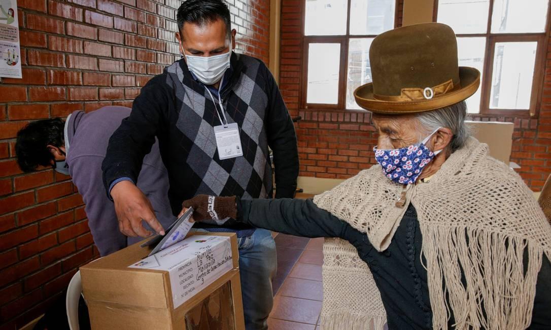 Eleitora vota na eleição presidencial em La Paz, na Bolívia. Foto: DAVID MERCADO / REUTERS